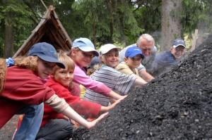 Kinderköhlerei während der Köhlerwoche im August © Archiv FLM Glentleiten