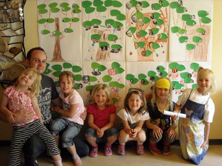Ich mit meiner Tochter Eve (rechts auf meinem Schoß) und einigen anderen Familienforscher-Kindern.