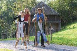Familie auf Stelzen © Freilichtmuseum Ballenberg