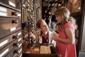 """Das Deutsche Auswandererhaus ist ein Museum für die ganze Familie. In der """"Galerie der 7 Millionen"""" erfahren kleine und große Besucher an Hörstationen, warum die Menschen ihre alte Heimat verließen."""